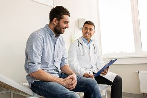 A medical specialist with his patient. With EPO, you can directly book appointments instead of first seeing PCP